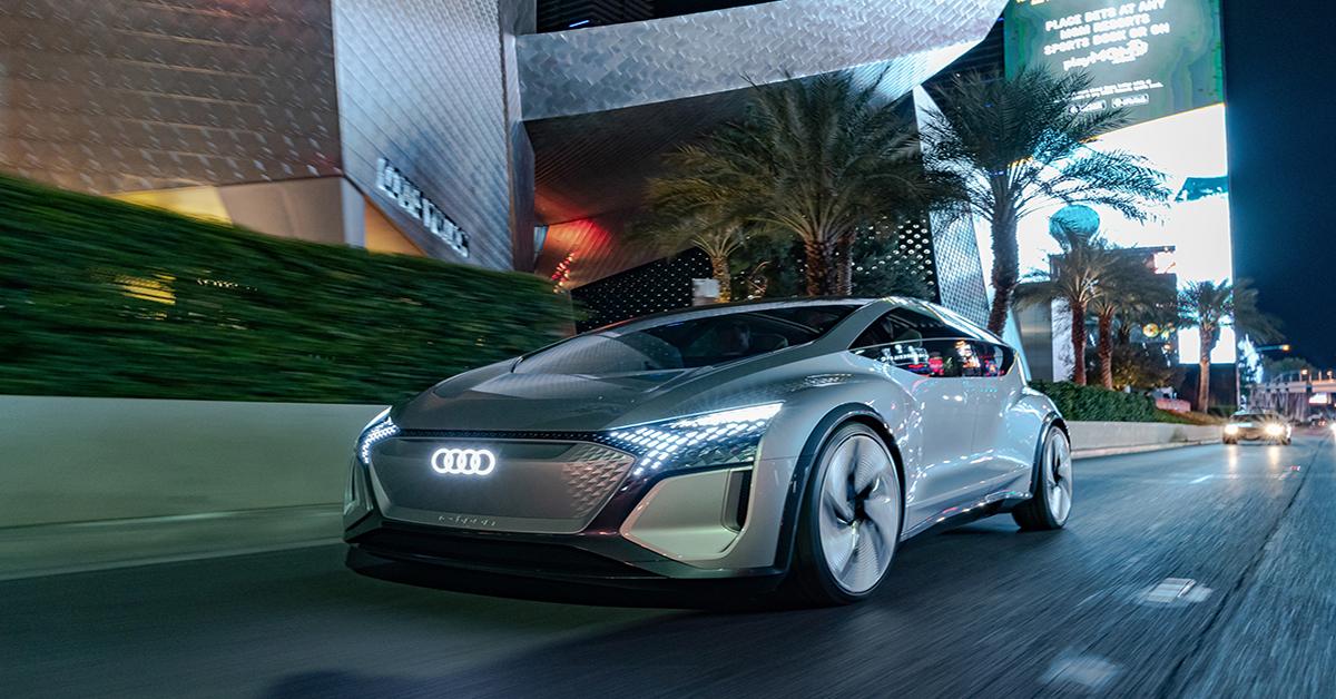Prototip vozila Audi ponoči med vožnjo na ulici v mestu