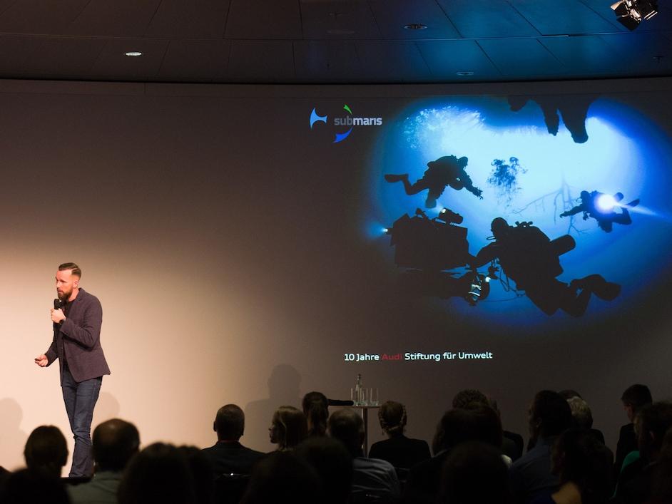 Robert Marc Lehmann med predstavitvijo na kateri govori o onesnaženju v oceanih