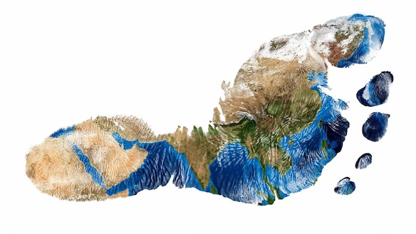 Slika odtisa človeškega stopala v barvah satelitske slike zemlje