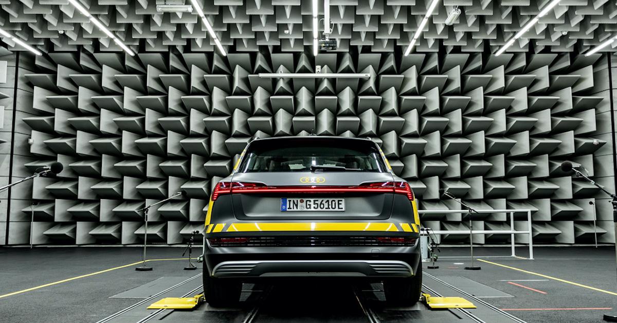 Prototip Audi e-tron vozila v zvočnem laboratoriju, pripravljen na meritve
