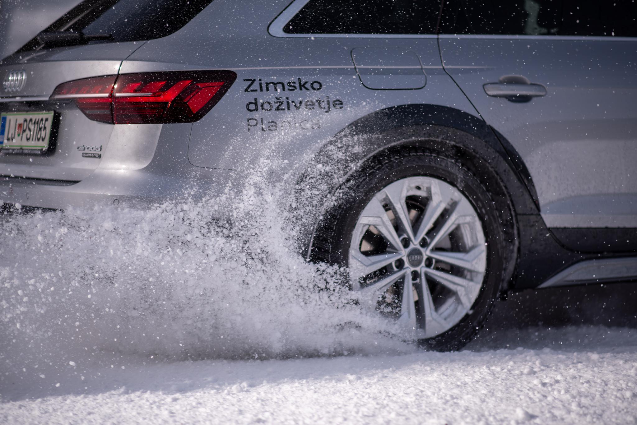 Slika zadnjega dela Audi quattro vozila, med vožnjo na snegu