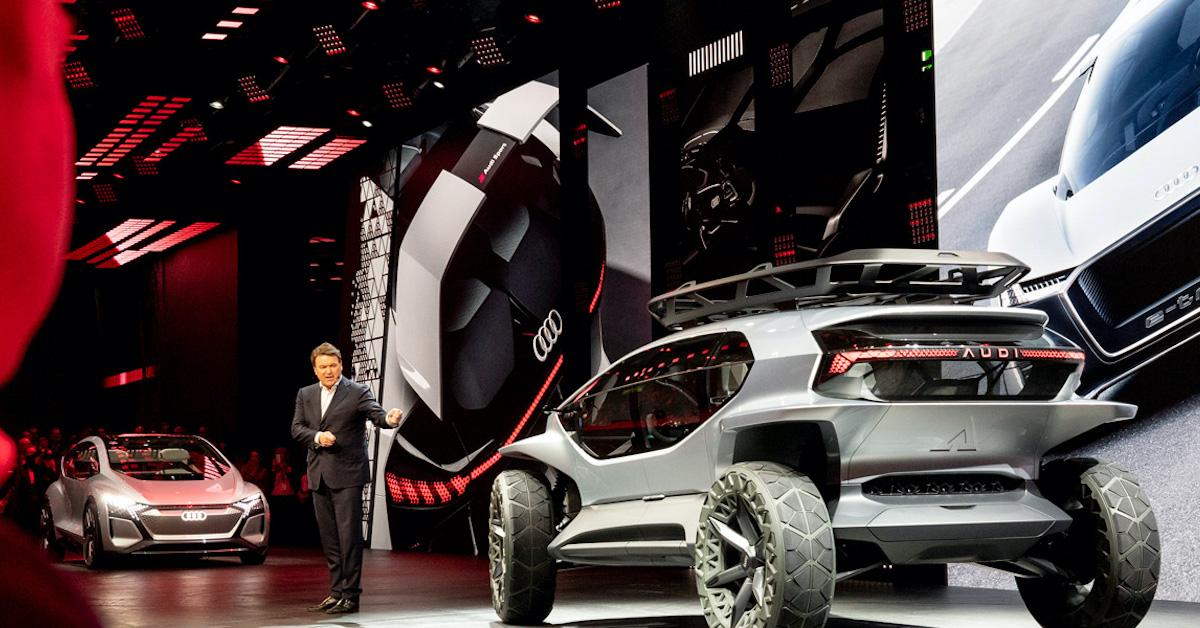 Audi AI:TRAIL med predstavitvijo na sejmu. Na sliki tudi moški, ki predstavlja avto.