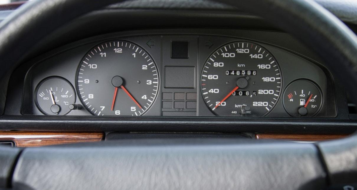 Črna armaturna plošča Audi.