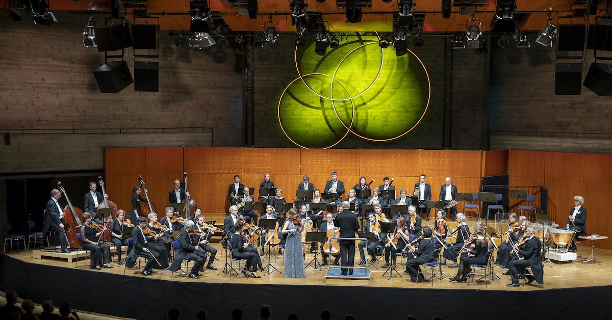 Orkester na odru, med izvajanjem Audi koncerta.
