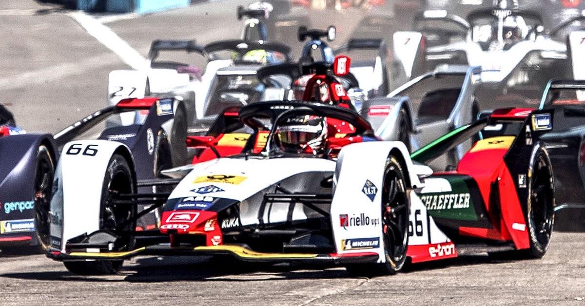 DTM vozilo Audi med dirko s konkurenco na dirkaški progi.