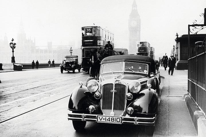 Vozilo Audi iz preteklosti. Črno bela slika v Londonu.