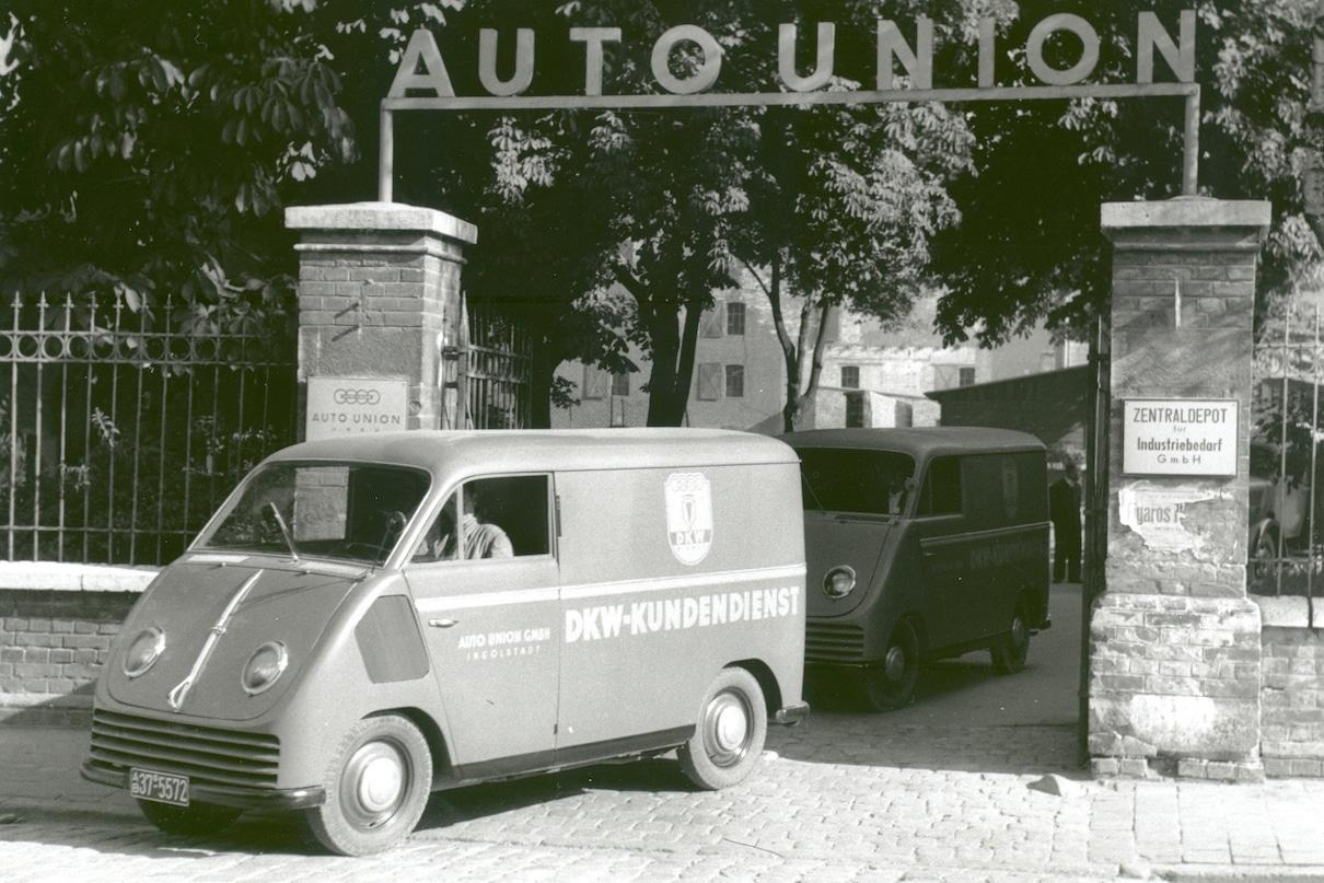 Tovorno vozilo zapušča dovoz na Audi union tovarne. Črno bela slika