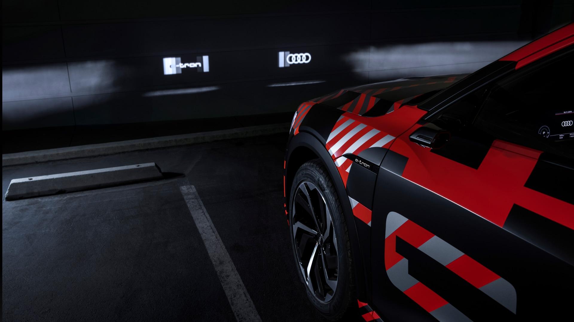 Prototip vozila Audi z LED luči med testiranjem.