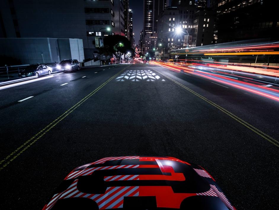 Audi e-tron na cesti, slikano s pogledom naprej.