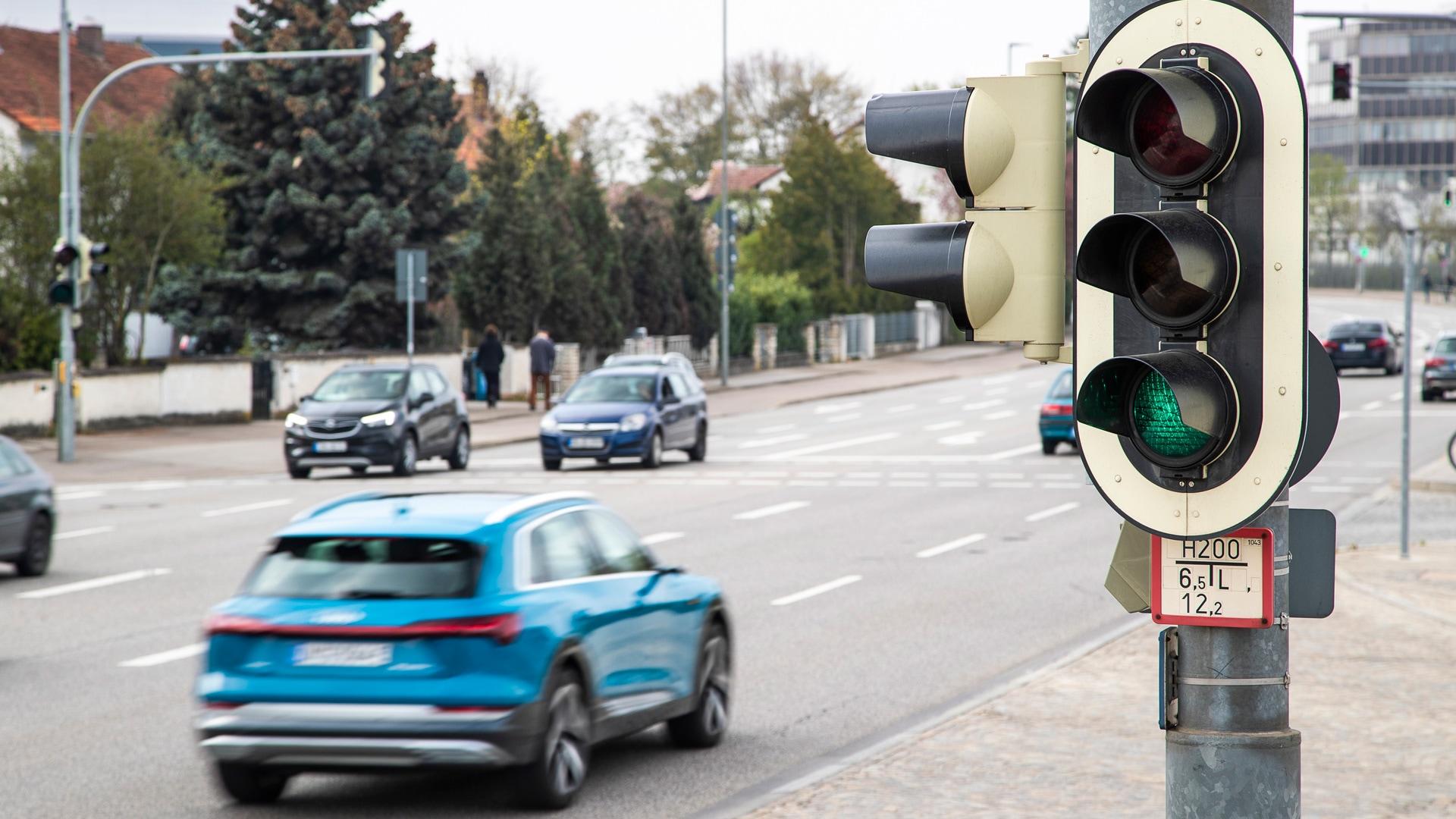 Audi e-tron med vožnjo čez zeleno luč na semaforju