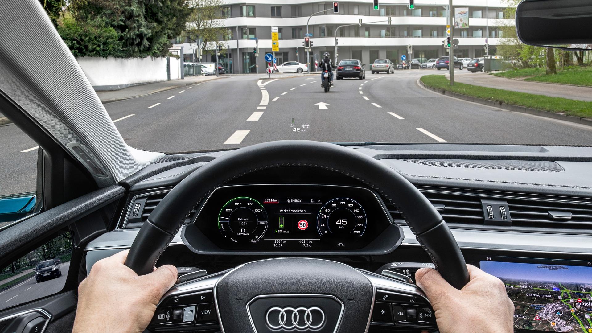 Slika notranjosti vozila Audi, kot jo vidi voznik med vožnjo.