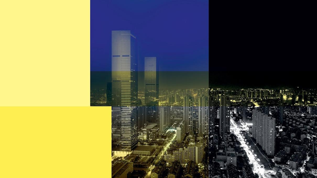 Slika mesta z visokimi zgradbami ponoči. Čez sliko je rumen in moder filter.