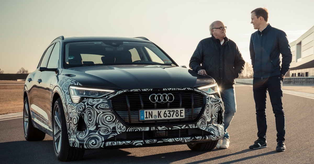Stig Blomquist in Mattias Ekström stojita ob Audi e-tron avtomobilu.