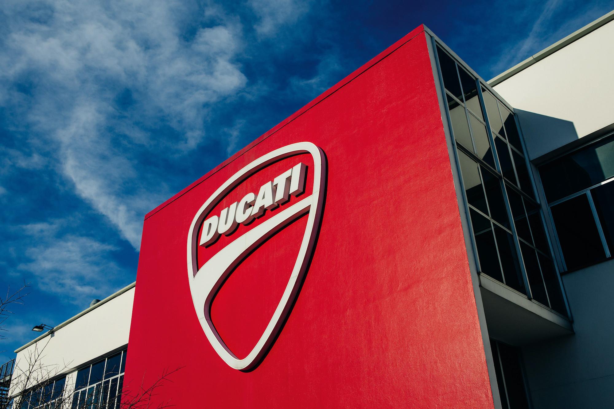 Tovarna Ducati z logotipom