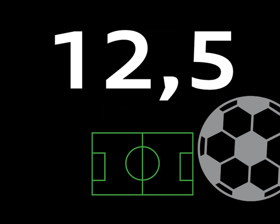 Črna grafika s številko 12,5 in nogometnim igriščem