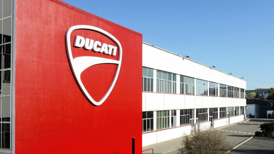 Stavba tovarne Ducati, z rdečim Ducati logotipom