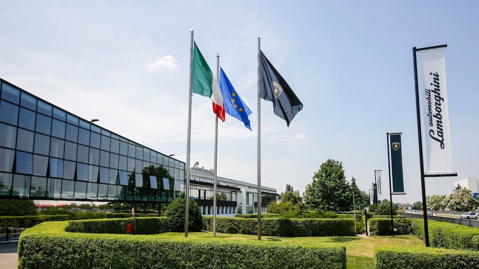 Glavna stavba tovarne Lamborghini, slikano na sončni dan.