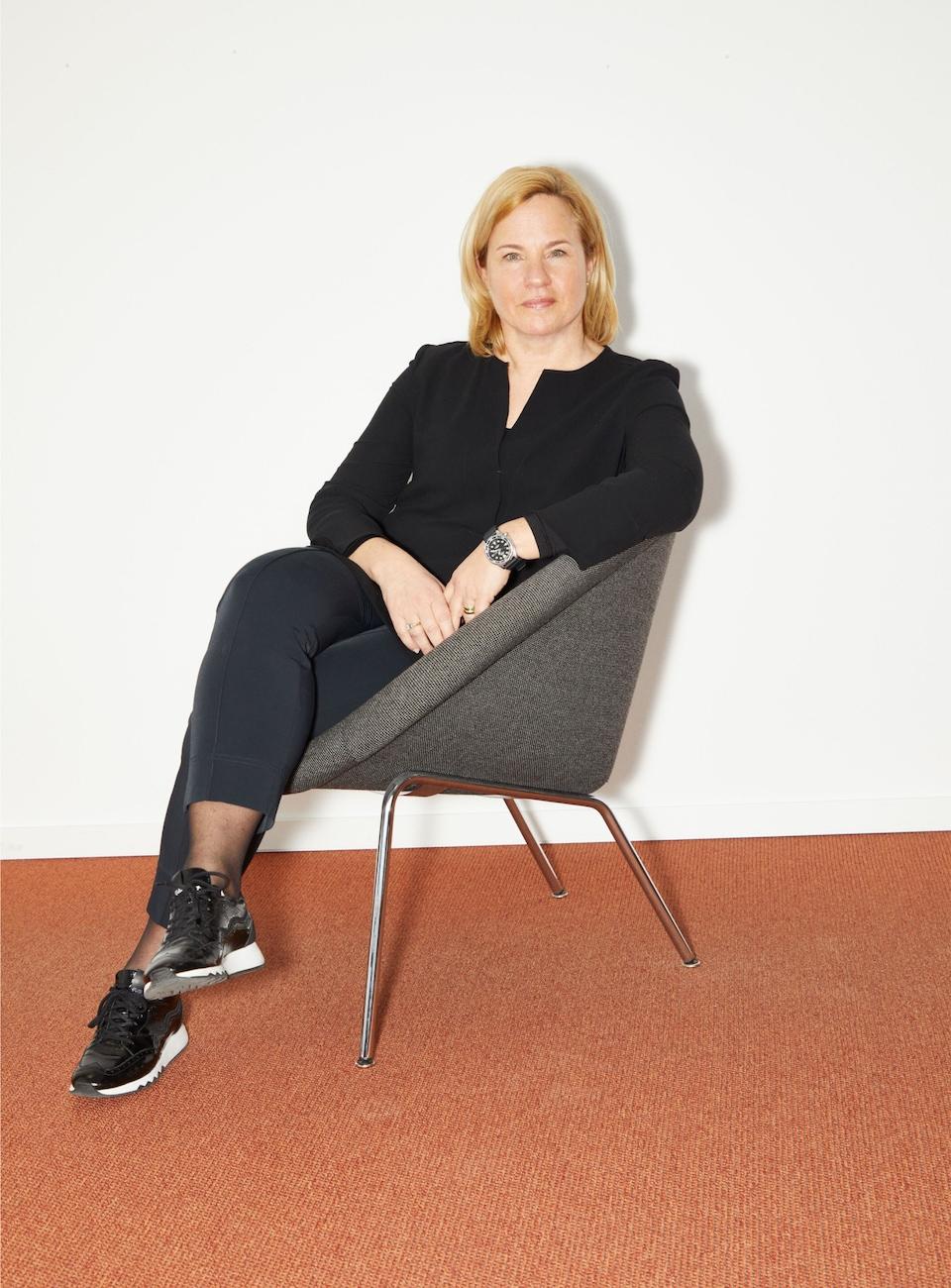 Britta Seeger sedi na stolu