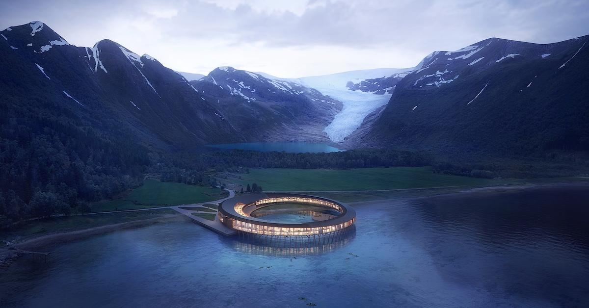 Futuristični okrogli hotel v zalivu, v ozadju ledenik