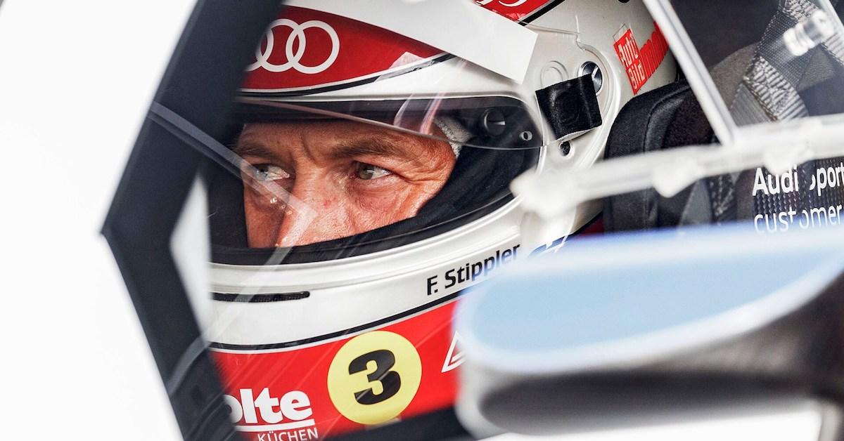Frank Stippler s čelado v dirkalnem avtu