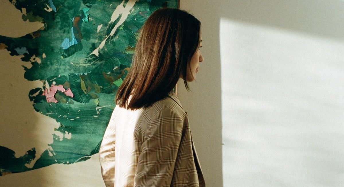 Galeristka Nathalie Halgand, v ozadju zelena slika