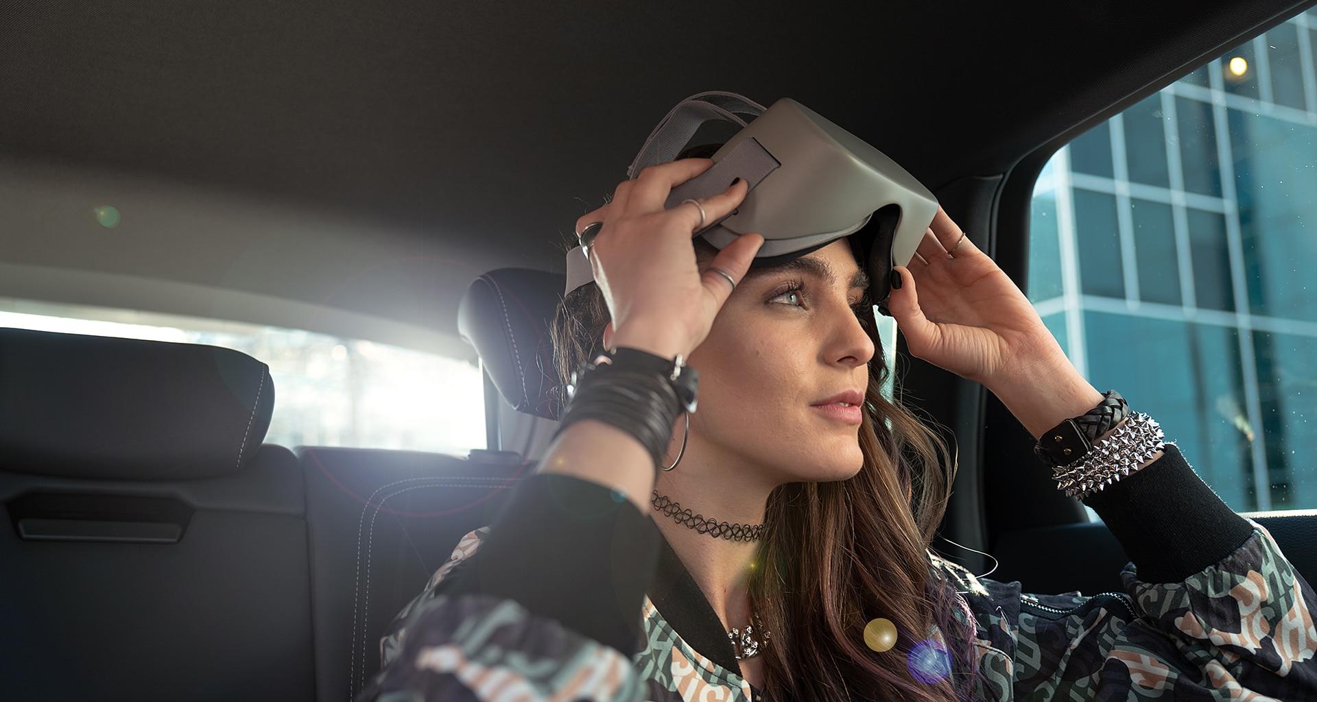 Dekle si je med vožnjo odstanilo VR očala