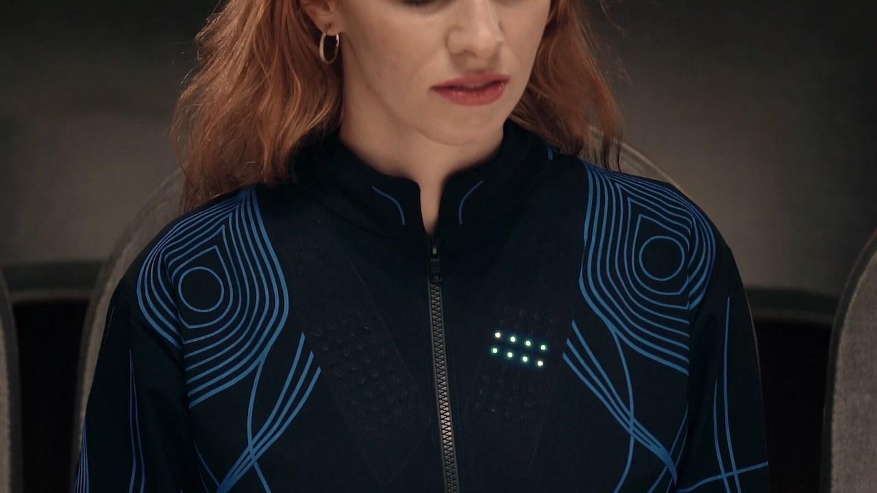 Ženska oblečena v zvočno majico SoundShirt