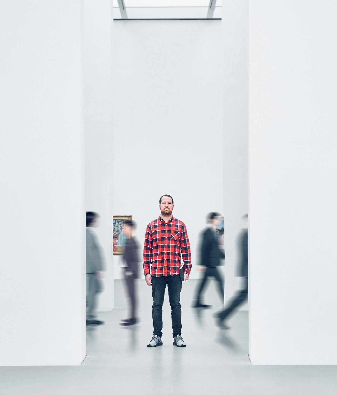 Jason Battersby stoji v galeriji
