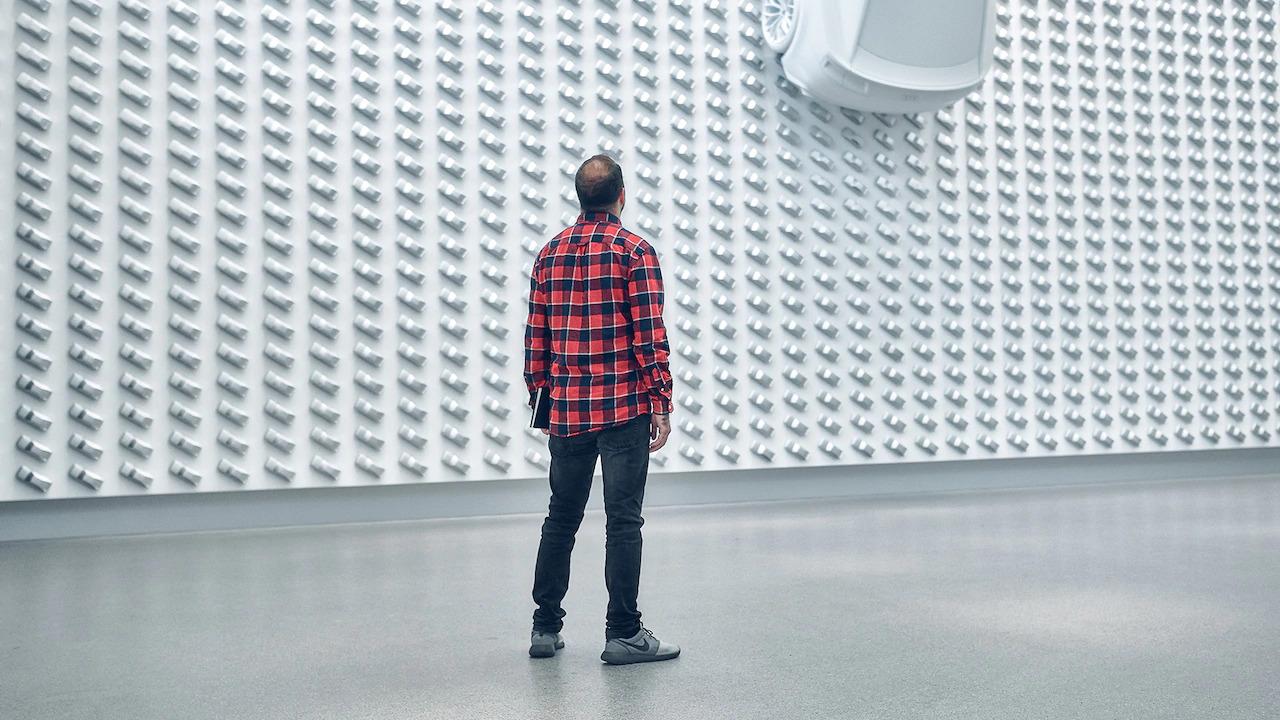 moški si ogleduje razstavo