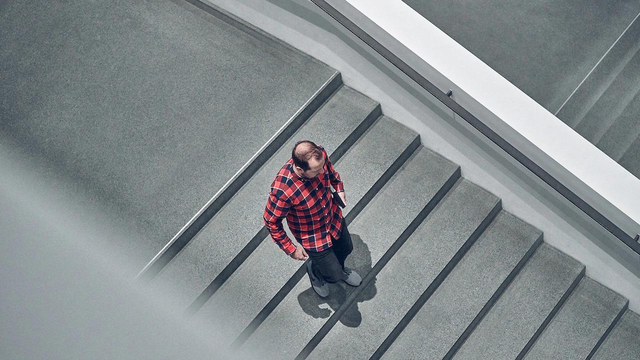 Jason Battersby hodi po stopnicah