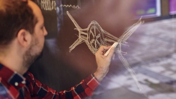 Jason Battersby na tablo skicira vesoljsko plovilo TIE Fighter