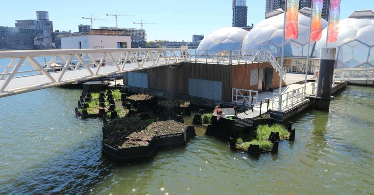 Plastični otoki na reki Nieuwe Maas