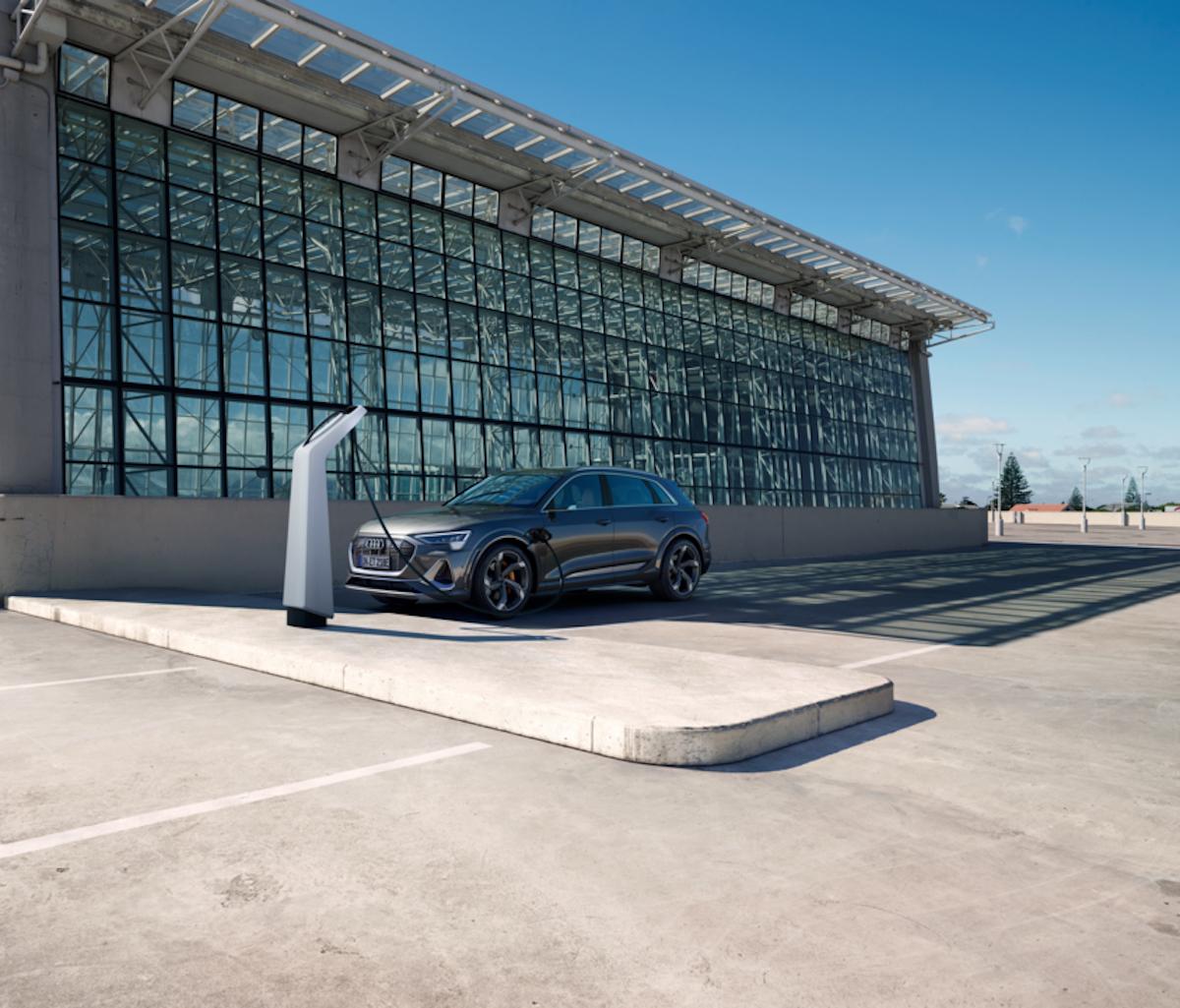 Audi e-tron priklopljen na elektriko