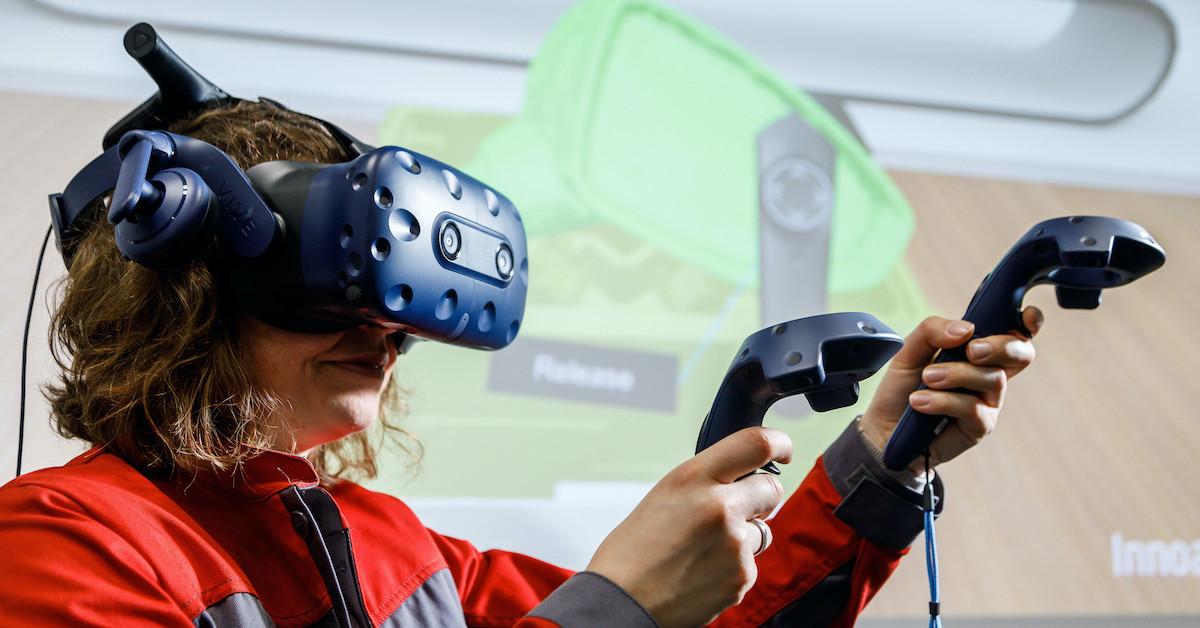 Ženska z VR očali