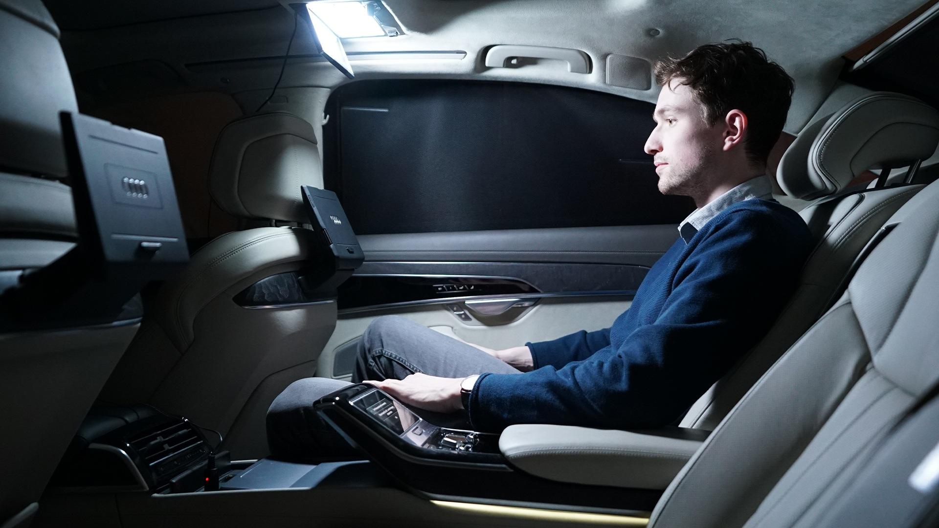 Terenska raziskava v Audiju A8: Modificirana luč ogledala v senčniku je omogočila želene svetlobne pogoje.