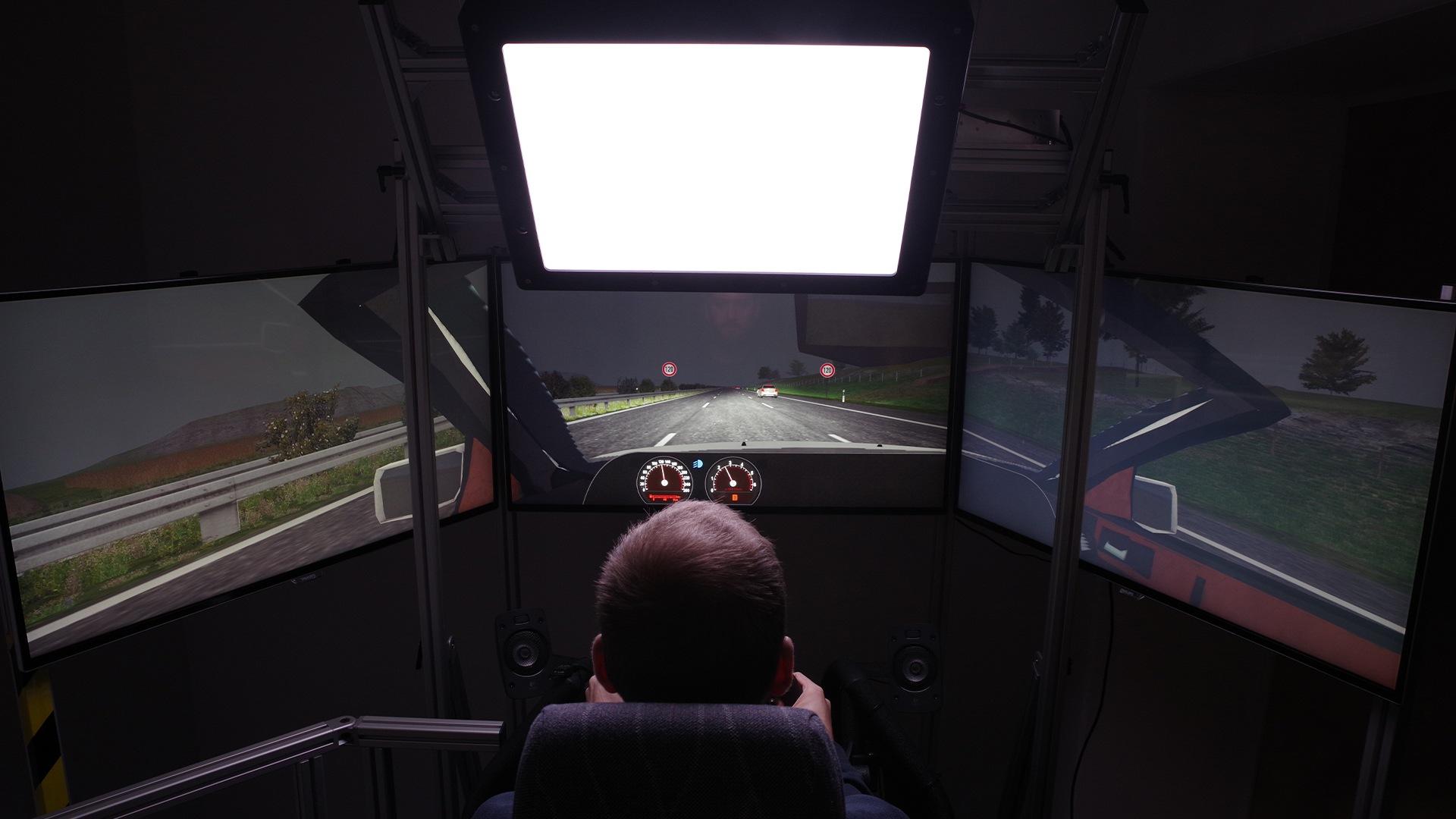Simulator vožnje, ki posnema učinek svetlobe med vožnjo v avtomobilu.