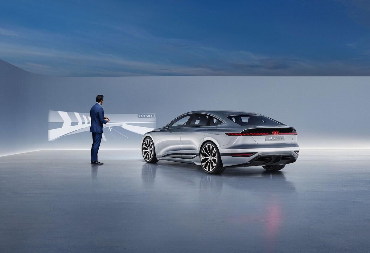 Digitalni matrični LED-žarometi konceptne limuzine Audi A6 e-tron lahko video igro projicirajo na steno pred vozilom.