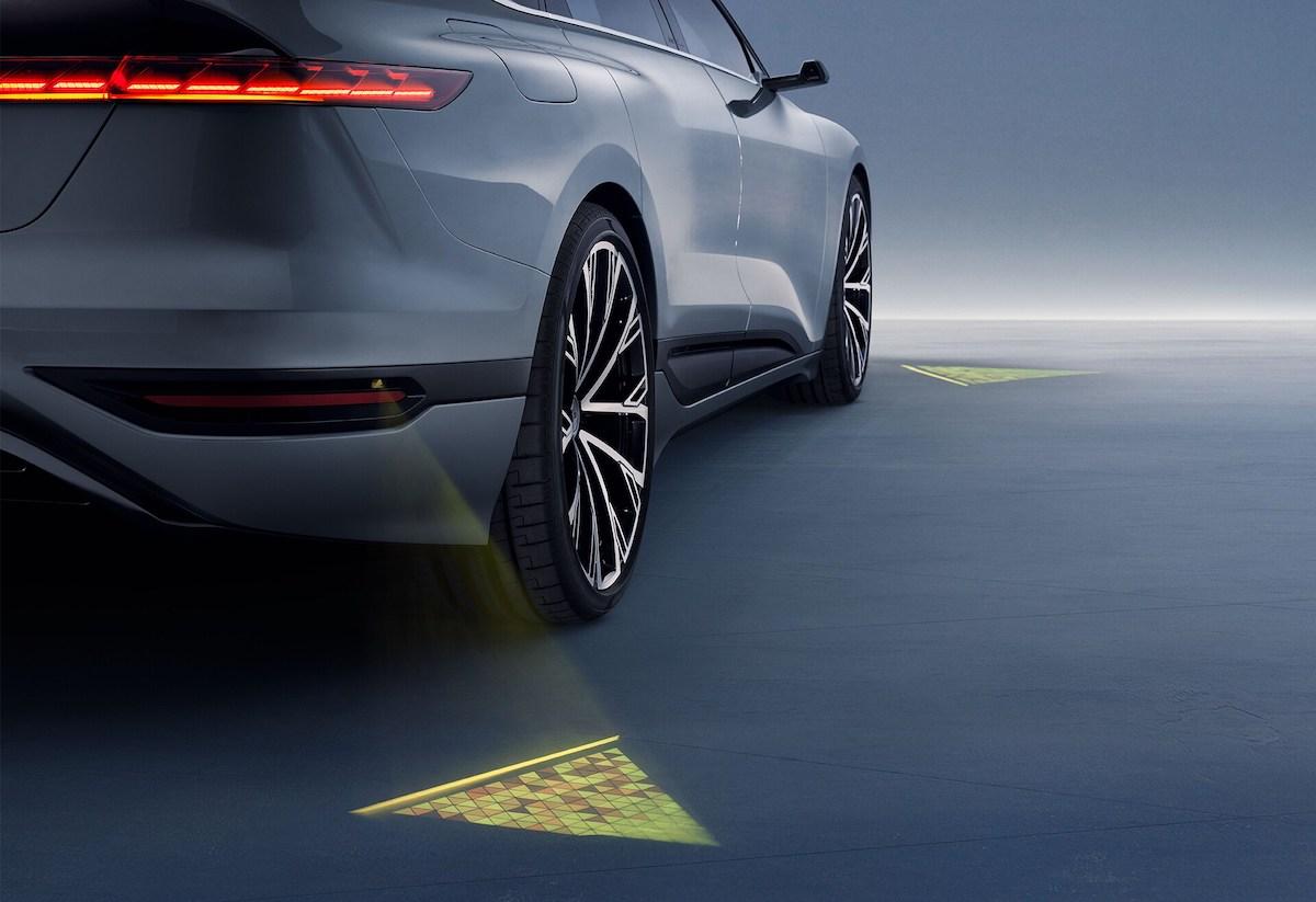 LED-projektorji na vozilu ustvarjajo žareče trikotnike na tleh.