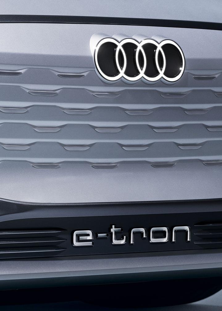 Posnetek koncepta Audijevega enodelnega pokrova hladilnika (Singleframe).