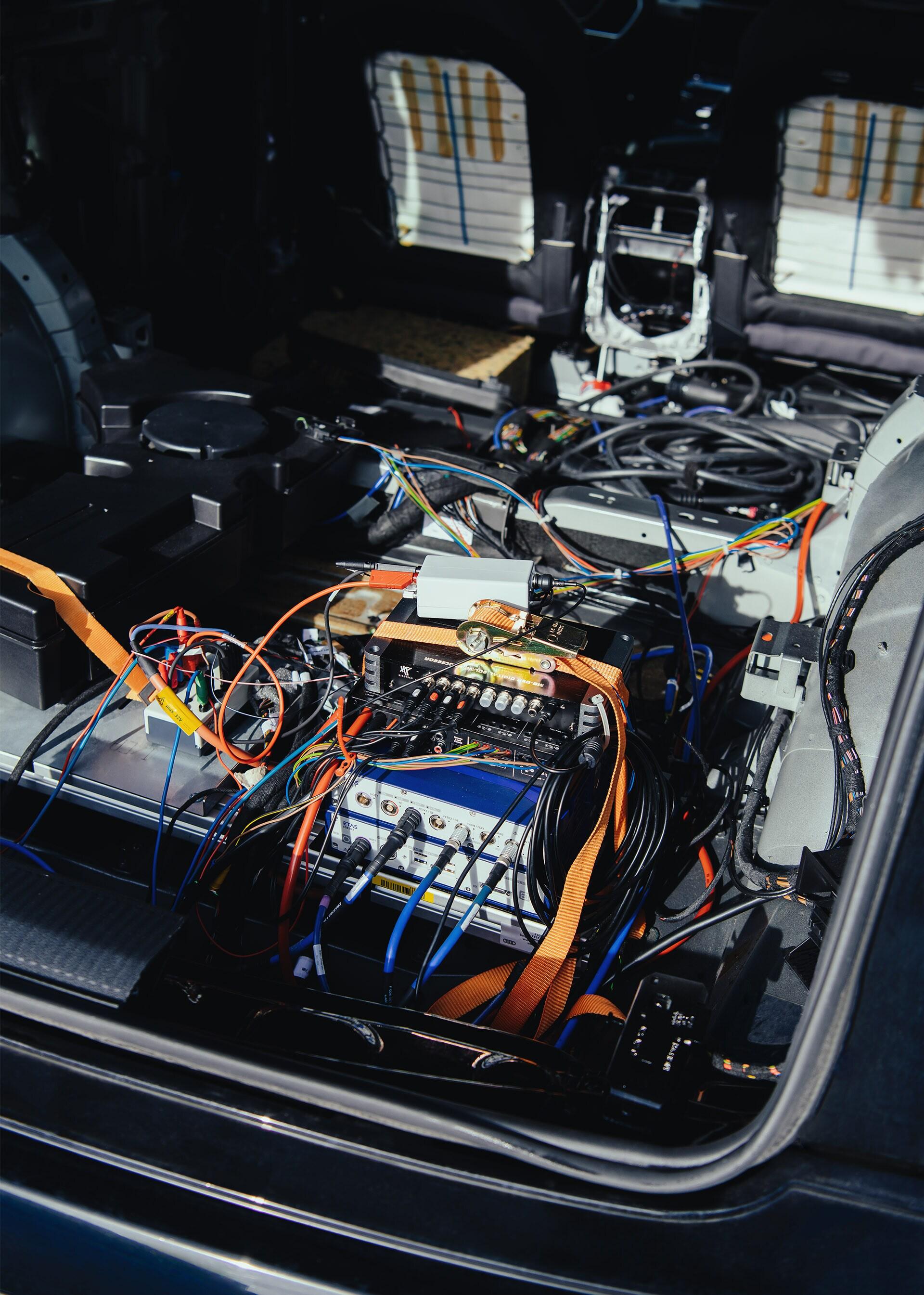 Pogled na elektroniko v konceptnem vozilu Brutus.
