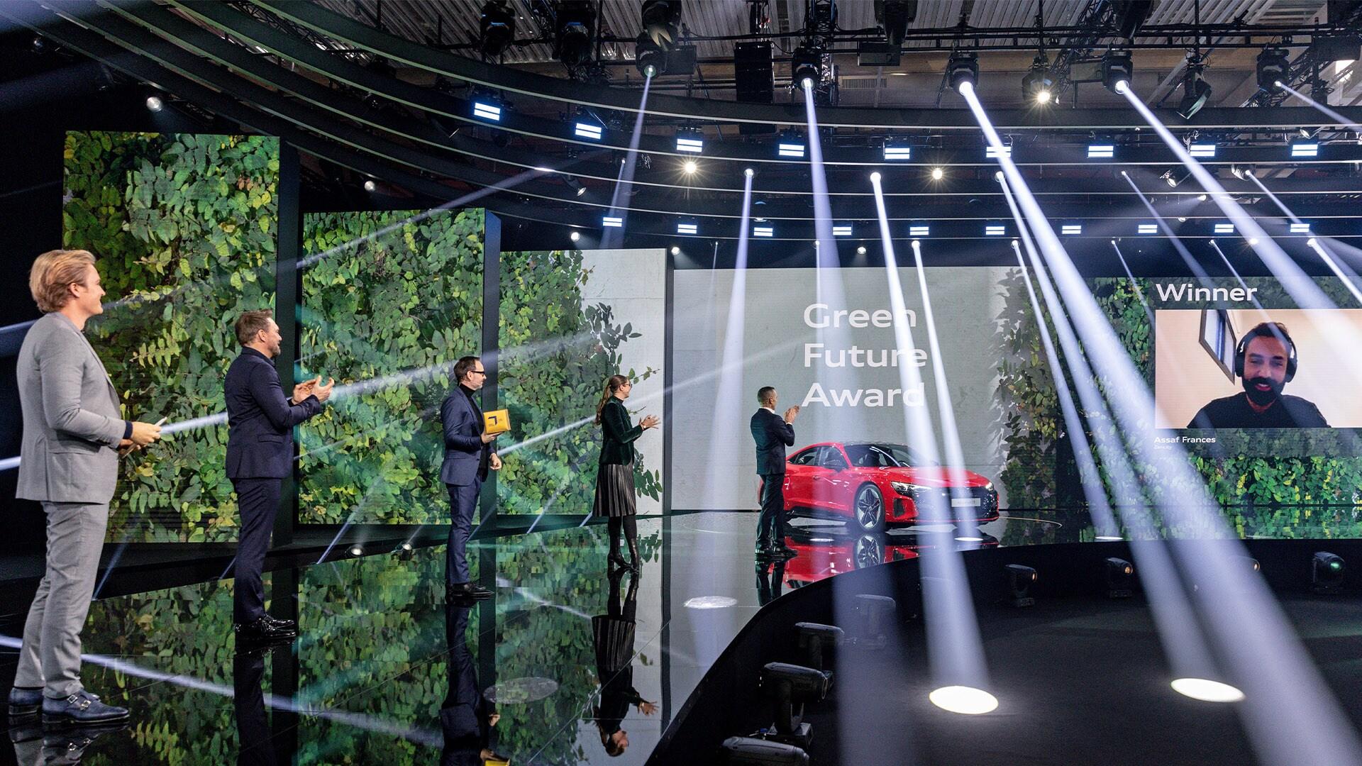 Nico Rosberg, soustanovitelj festivala Greentech Festival, gostitelj Steven Gätjen, Marco Voigt in Judith Kühn iz festivala Greentech skupaj s Henrikom Wendersom, starejšim podpredsednikom znamke Audi,  čestitajo zmagovalcu nagrad GREEN AWARDS na slovesnosti ob svetovni premieri Audija RS e-tron GT in Audija e-tron GT quattro.