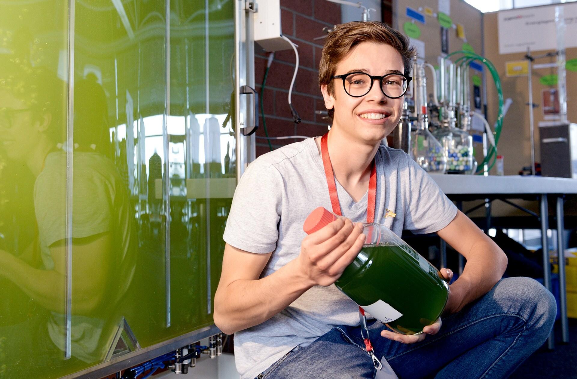 Mladi znanstvenik Moritz Hamberger (19) raziskuje proizvodnjo alternativnih goriv. Upa, da bo s prepisom genetske kode alg nekoč mogoče proizvajati energetsko bogate spojine, kot so biogoriva.