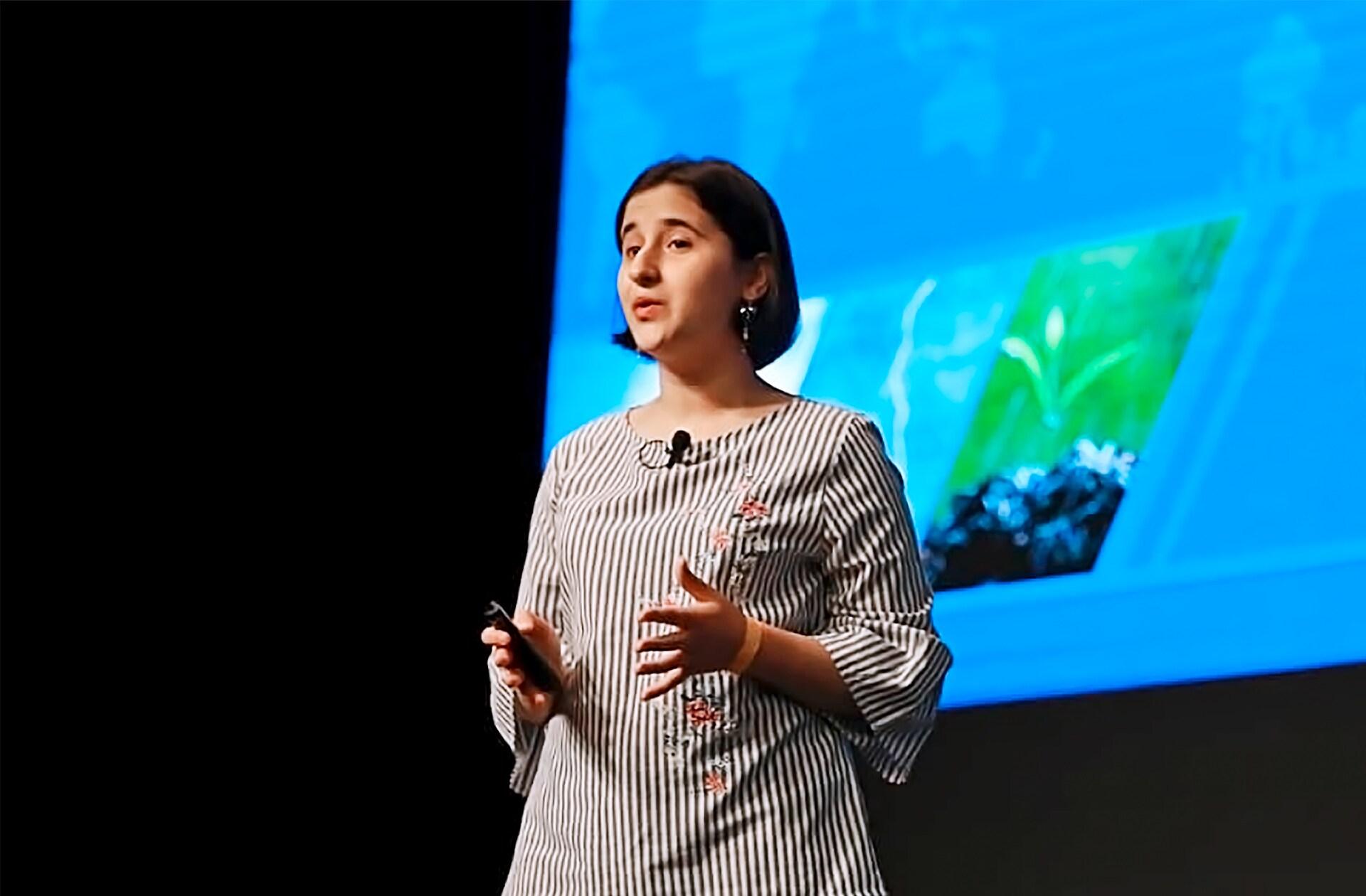 Reyhan Jamalova (18), ustanoviteljica Rainergy, je razvila napravo, ki generira energijo iz deževnice, ko je bila stara 14 let. Njena naprava zbira deževnico in ob tem poganja kolo, ki ustvarja elektriko. S tem zmanjšuje pritisk na lokalno elektroenergetsko omrežje in izpuste CO2.