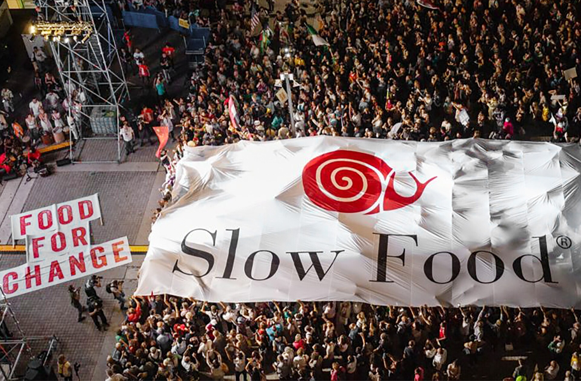 Slow Food je globalno gibanje, ki promovira družbeno odgovoren in okolju prijazen sistem prehranjevanja, da bi se obvarovala biotska raznovrstnost in zagotovilo dobro počutje živali. Od ustanovitve leta 1989 je Slow Food prerasel v organizacijo, ki vključuje milijone ljudi v več kot 160 državah.