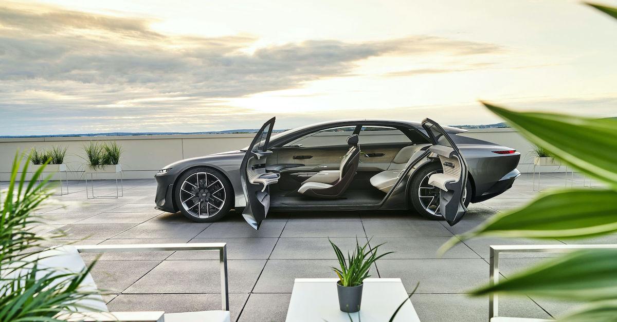 Konceptno vozilo Audi grandsphere z odprtimi vrati.