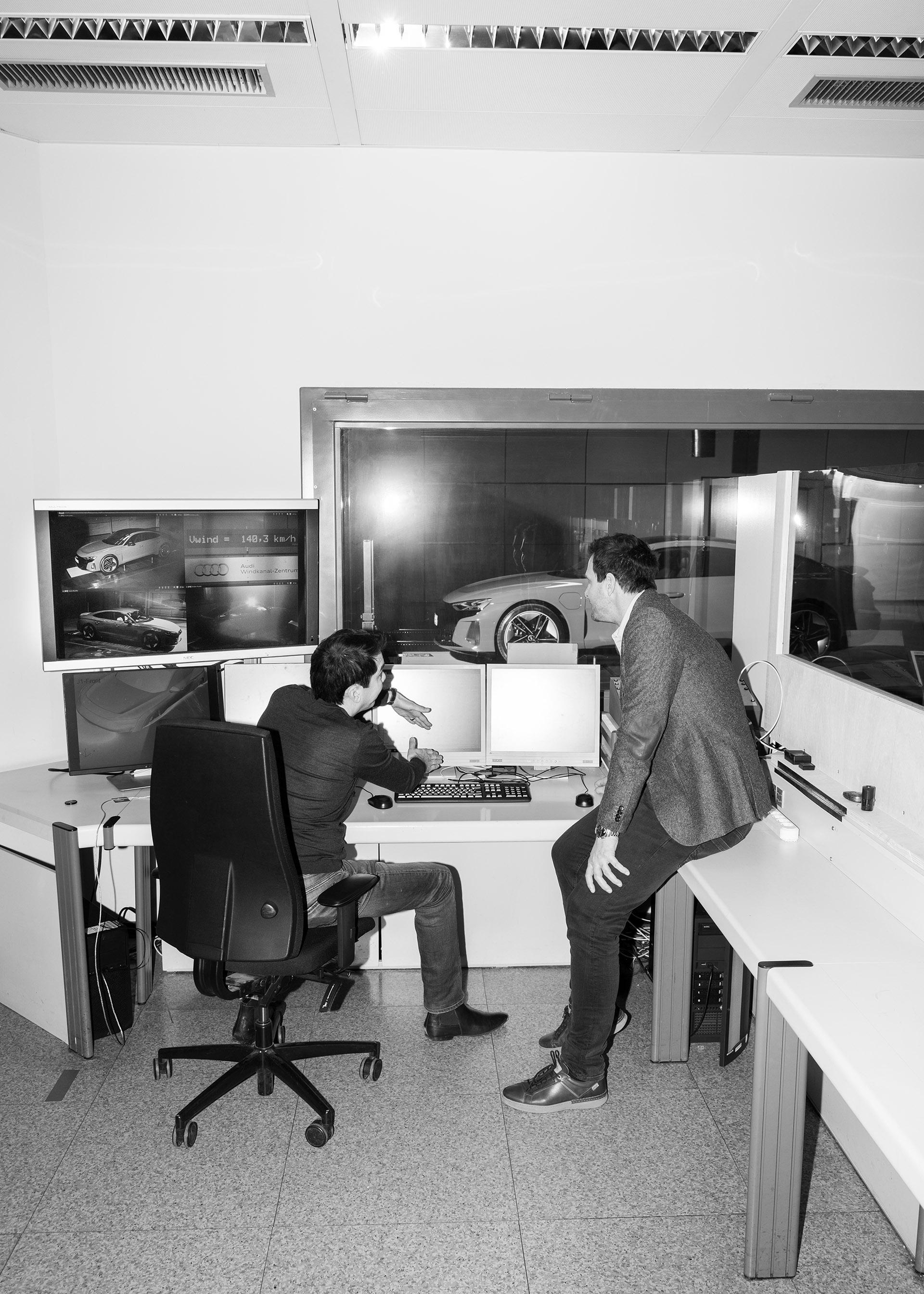 Dr. Kentaro Zens in Thomas Redenbach med pogovorom o rezultatih meritev. Za oknom stoji model Audi RS e-tron GT, v tako imenovanem plenumu vetrovnika.