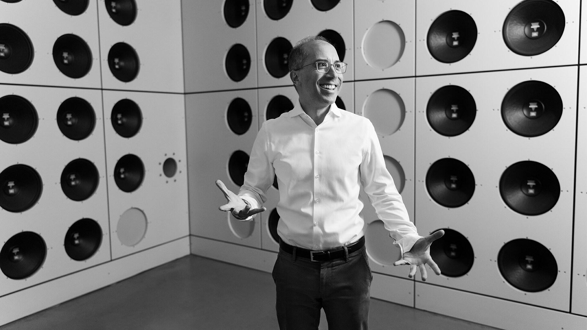 Dr. Moni Islam, vodja razvoja na področju aerodinamike/aeroakustike pri znamki Audi, znotraj sistema za preprečevanje hrupa v vetrovniku