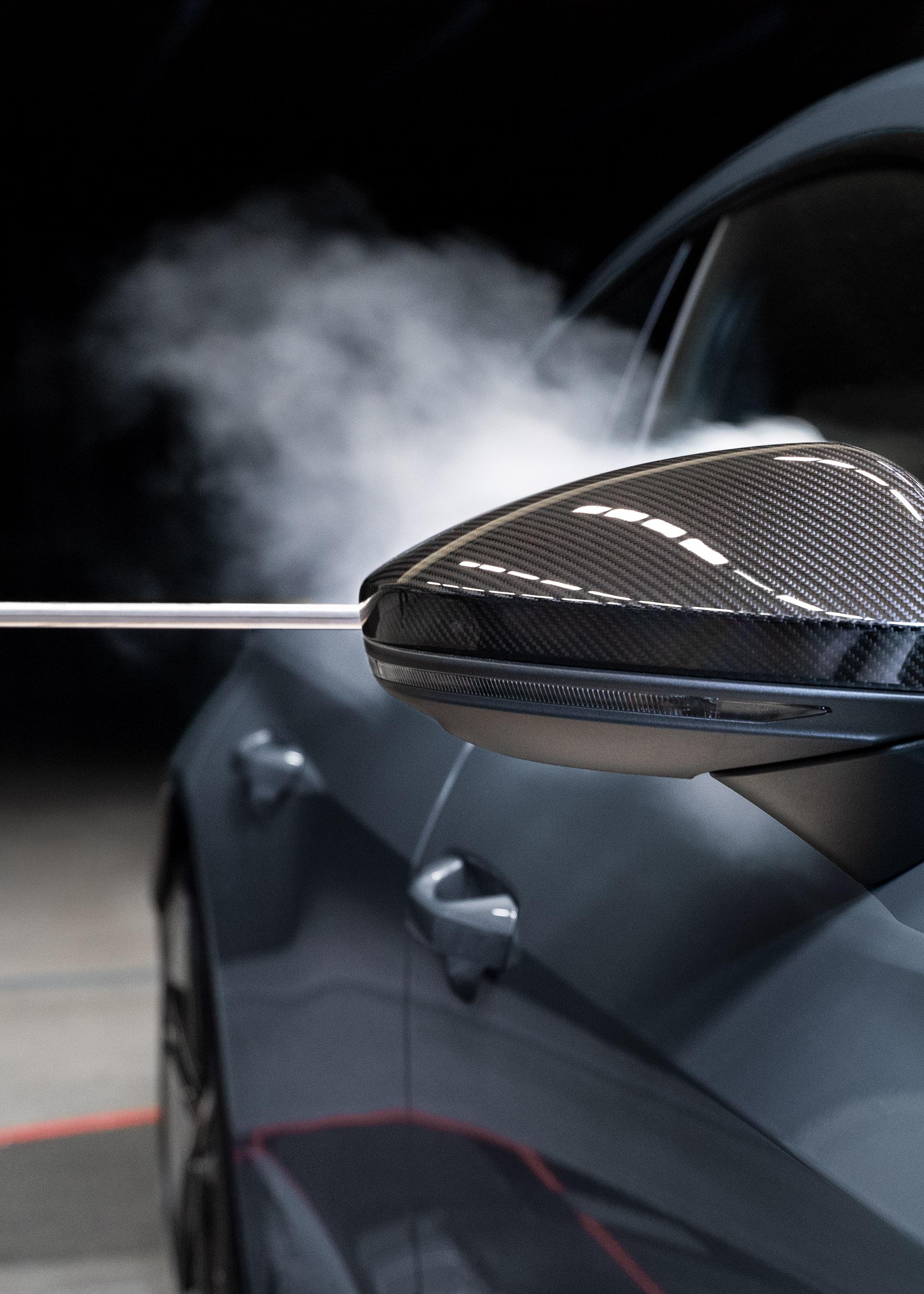 Dim prikaže, kako se obnaša zračni tok, ko teče mimo zunanjega ogledala modela Audi RS e-tron GT.