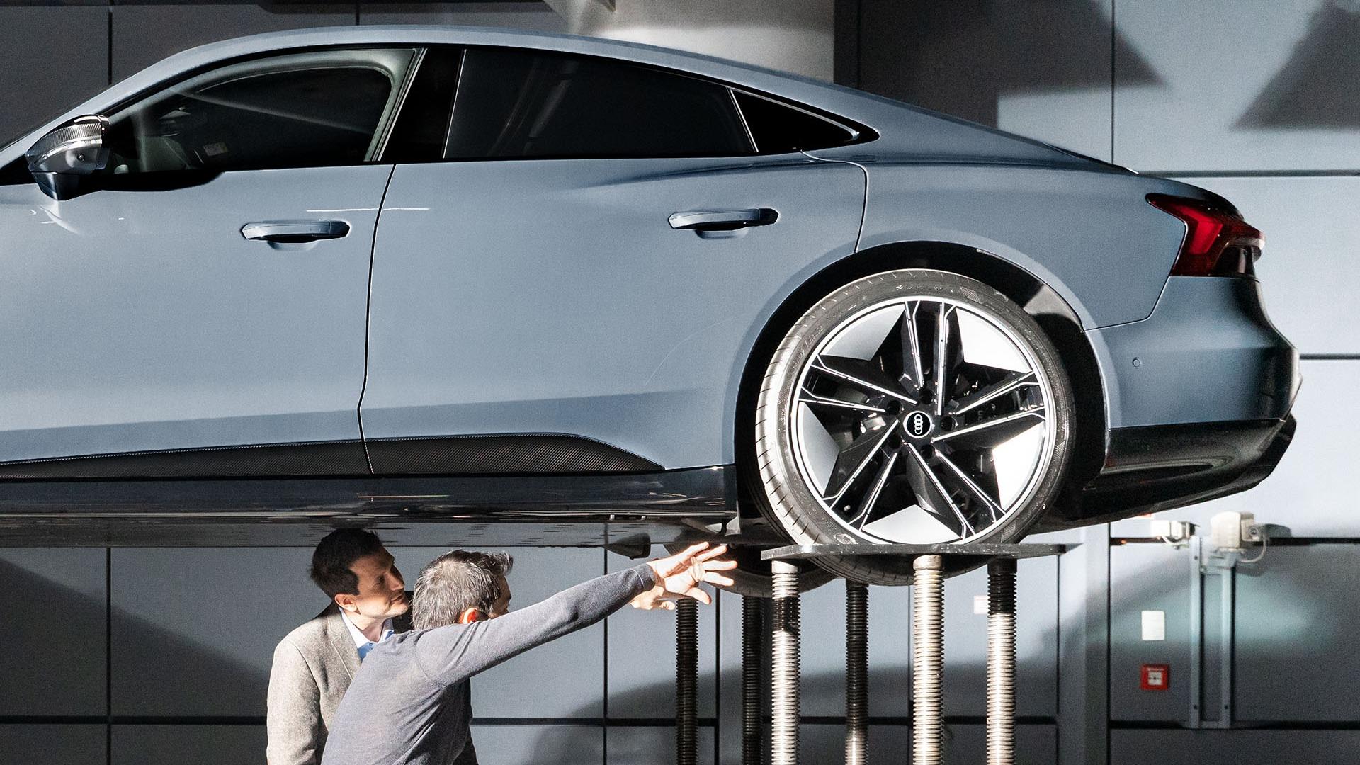 Vozilo je mogoče dvigniti na tehtnico z namenom analize in modifikacij med delom v vetrovniku.