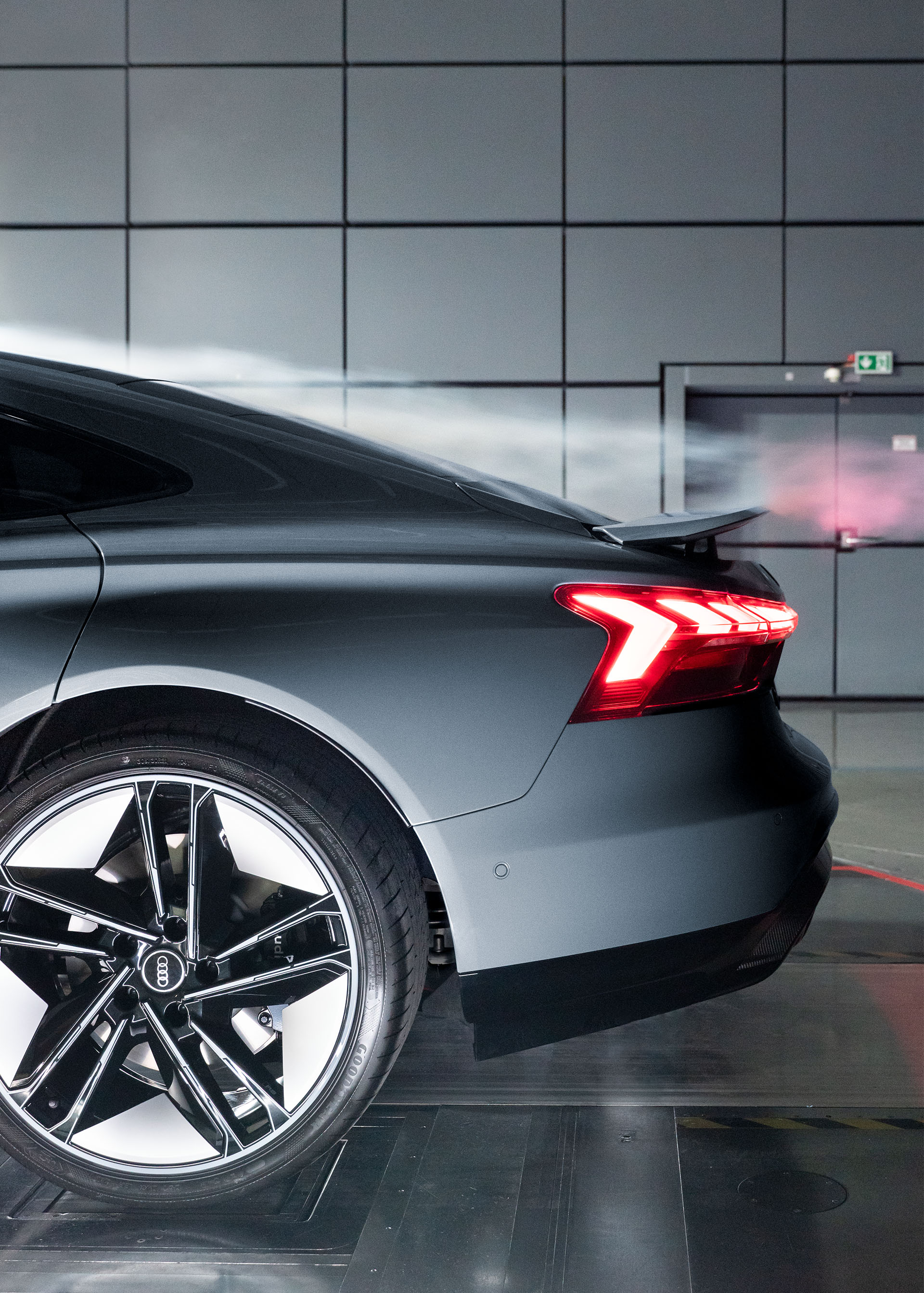 Zadnji spojler modela Audi RS e-tron GT lahko zavzame tri različne položaje in tako zagotovi učinkovit pretok zraka v vseh voznih pogojih